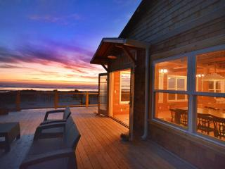 Newly Remodeled Oceanside Cottage - Huge Views with Designer Flair, Manzanita