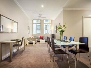 Beautiful 2 Bedroom Executive Apt In Melbourne CBD