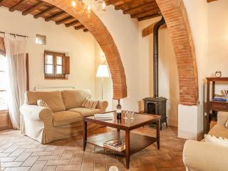 Unique, charming farmhouse in Tuscany countryside with shared outdoor pool, sleeps up to 6, Montepulciano