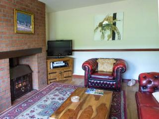 BAILEY'S COTTAGE, multi-fuel stove, pet-friendly, WiFi, lawned garden, nr Mauchline, Ref 26612