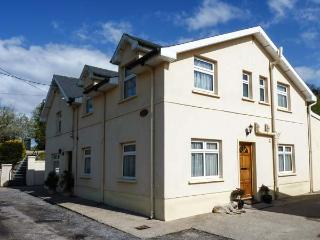 THE VALLEY HALL, semi-detached cottage with WiFi, patio with furniture, pet-friendly, near Kilworth, Ref 924233, Fermoy