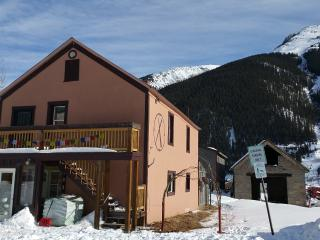 Highly-Rated -Adventure-themed - Hot Tub & More!, Silverton