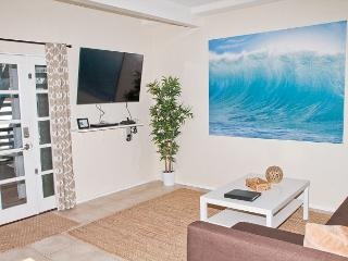 Lovely beach condo with full kitchen, bbq, semi-private beach area P5161-4, Oceanside