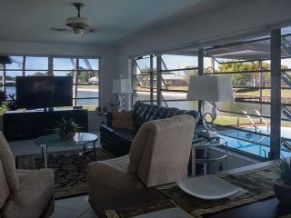 Quiet pool home with lake view, close to beaches, Venice