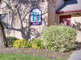 Pet-friendly cozy condo near downtown & with a shared pool!, Boise