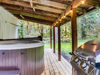 Secluded, wooded location with private hot tub & deck!, Welches