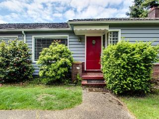 Stroll to beach from this pet-friendly beach home for 12!, Gearhart