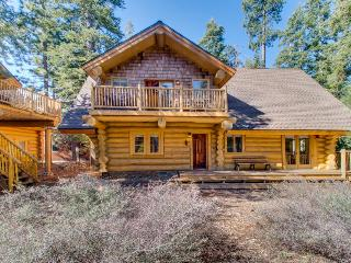 Cozy log cabin with fireplace & close to attractions!, Homewood