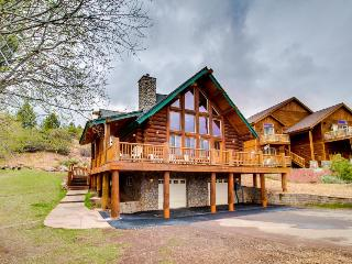 Gorgeous hand-built log home with mountain views, Truckee
