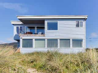 Pet-friendly beach house, with path to sand & ocean views!, Rockaway Beach