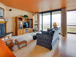 Pet-friendly oceanfront getaway for 4, close to everything!, Seaside
