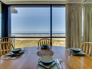 Oceanfront two-bedroom unit with gorgeous views!, Seaside
