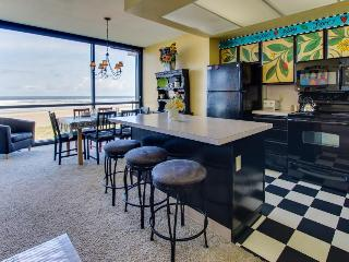 Cute and spacious condo with an oceanfront view!, Seaside