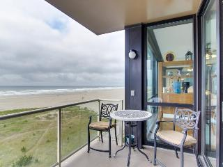 Homey oceanfront condo for 4 - views, pool & sauna access!, Seaside