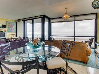 Oceanfront condo with shared pool and sauna, close to beach!, Seaside