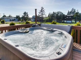 Lovely pet-friendly home with space for 4, private hot tub!, Pacific City