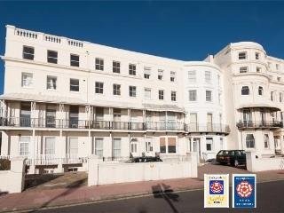 Central Brighton Seafront Apt with parking & patio