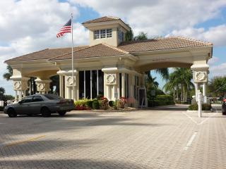 Upscale Pool House in Private Community, Weston