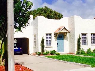 ★NEW★FULLY RENOVATED in 2015★STEPS FROM THE BEACH★, West Palm Beach