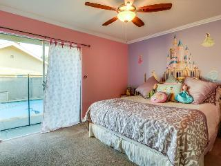 Close to Disneyland, private pool/hot tub, 17 guests!, Anaheim