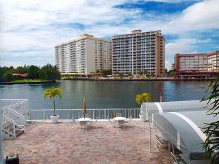 AMAZING COZY APARTMENT RIGHT ACROSS FROM THE OCEAN, Hallandale Beach