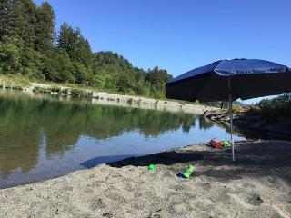 Redwood Coast River House on the Smith River & Redwood Park - Sleeps 8, Crescent City