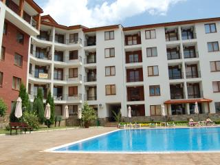 Pool-view 2-BDR apartment close to beach, Nessebar