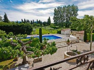 Great for Large Groups! Luxurious Traditional Farmhouse Set in Extensive Gardens with Pool & Spa, Eygalieres