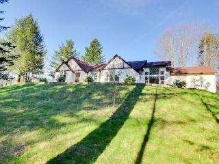 Luxury home w/private hot tub, 4 acres of gardens, weddings, Washougal
