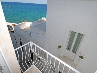 Casa Paradiso: Authentic Seafront Apartment, Monopoli