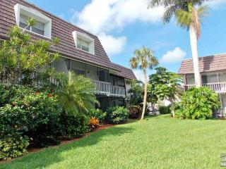 Light & bright two-story townhouse within walking distance to beach!, Marco Island