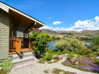 Wapato Lake Waterfront Cottage by Sage Vacation Rentals, Manson