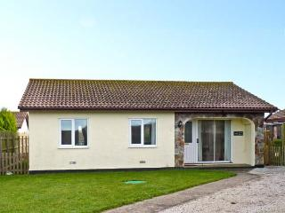 SEVEN BAYS, pet friendly, with a garden in St Merryn Near Padstow, Ref 924074