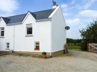 SLIEVE BAWN VIEW, open fire, sea views, fantastic touring base, pubs and shops, in Cliffoney, Ref. 924946