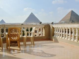 Rooftop apartment in Giza facing the Pyramids and Sphinx, with air con, BBQ terrace and WiFi, Gizeh