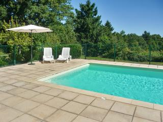 Gîte Châtaigne - stunning studio for 2 in the Dordogne department, with large pool – walk to beach!, Lanouaille