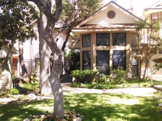 Garden home w/Hot Tub near, Riverwalk & shopping, San Antonio