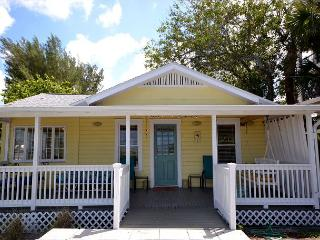 Charming Gulf Front Cottage on Madeira Beach near John's Pass - Sleeps 5!