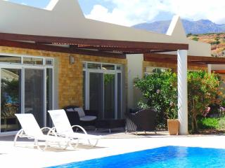 Spacious luxury pool side bungalow, Makry-Gialos