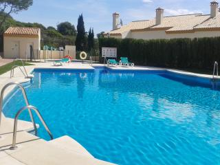 Spacious 2-bed apartment in Andalusian golf resort w/ adult & kids' pool, 700m from marina & beach, Manilva