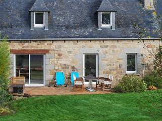 Charming country house in Brittany, near Lannion, w/WiFi, central heat, BBQ terrace & fenced garden, Côtes-d'Armor