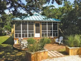 Cedar Grove Cottage- Newly renovated pet friendly home with fenced yard, Ocracoke