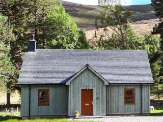 MORVEN COTTAGE, single-storey lodge with multi-fuel stove, hot tub, fishing, close Ballater Ref 15508