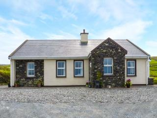 KITTY'S COTTAGE, detached, bright, WiFi, solid-fuel stove, views of sea and Valenita Island near Portmagee, Ref 925297
