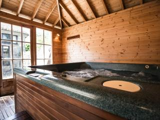Bass Cottage with own private hot tub, Staverton