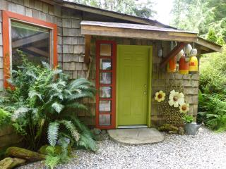Romantic,creative and cozy Heron Cottage, Tofino