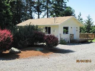 Cozy Studio cottage; NEW LISTING SPECIAL-BOOK 4 NIGHTS GET 1 FREE!, Langley