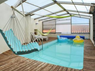Splendid house in Auvergne w private pool, hammock swing & volcano view, 15min from Clermont-Ferrand, Veyre-Monton