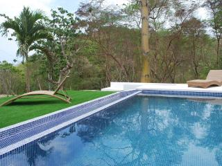 Villa Lombok with private infinity pool, Santa Teresa