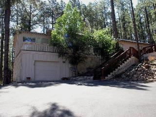 Moon Mountain Retreat is a unique 3 bedroom with beautiful mountain views., Ruidoso